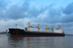 Тащащ корабль около к койке стоковые изображения rf