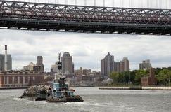 Тащите работа с баржой на Ист-Ривер Нью-Йорке США стоковые изображения