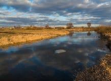 Таяние и плавая лед на малом реке в белорусском захолустье Стоковые Фото