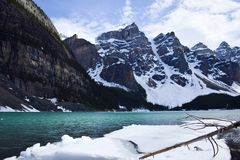 Таяние льда зимы на морене озера Стоковые Фото
