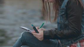 Талантливая девушка крася изображение сток-видео