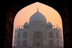 Тадж-Махал на восходе солнца обрамленный с сводом мечети, Агры, u стоковые изображения rf