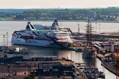 Таллин, Эстония - 16-ое июня 2016: Взгляд огромного туристического судна причалил в порте Стоковое Изображение