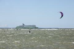Таллин, Эстония 10-ое июля: Ветер занимаясь серфингом в Балтийском море Таллин, Стоковые Фотографии RF
