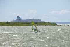 Таллин, Эстония 10-ое июля: Ветер занимаясь серфингом в Балтийском море Таллин, Стоковое Изображение