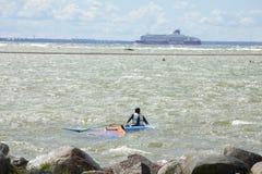 Таллин, Эстония 10-ое июля: Ветер занимаясь серфингом в Балтийском море Таллин, Стоковые Изображения RF