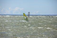 Таллин, Эстония 10-ое июля: Ветер занимаясь серфингом в Балтийском море Таллин, Стоковое Изображение RF