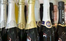 Таллин Эстония - 5-ое ноября 2016: Шампанское золота, серебра, белых и черных Чинзано разливает крышки по бутылкам шей верхние на Стоковые Фото