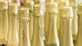 Таллин Эстония - 5-ое ноября 2016: Шампанское золота Чинзано разливает шеи и крышки по бутылкам верхней части на стоять светлая п Стоковые Изображения