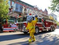 Талисман пожарной машины далматинский в параде Стоковое фото RF