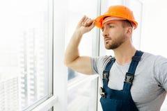 Талия вверх инженера по строительству и монтажу стоя в офисе Стоковая Фотография