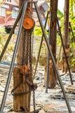 Таль с цепью с большим деревянным поляком. Стоковые Изображения