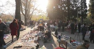 Тбилиси, Грузия - 11-ое ноября 2018: Блошиный рынок магазина вещей антиквариатов старых ретро винтажных на сухом мосте Встреча об сток-видео