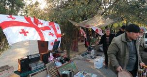 Тбилиси, Грузия - 11-ое ноября 2018: Блошиный рынок магазина вещей антиквариатов старых ретро винтажных на сухом мосте Встреча об акции видеоматериалы