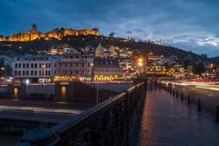 13 04 2018 Тбилиси, Georgia - взгляд ночи Тбилиси, яркой Стоковые Изображения RF