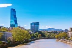 Тбилиси, Georgia - 19-ое апреля 2017: Взгляд панорамы Тбилиси и Рекы Kura Современный ориентир ориентир - гостиница Тбилиси Biltm Стоковое Изображение