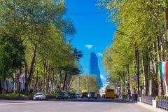 Тбилиси, Georgia - 19-ое апреля 2017: Взгляд панорамы Тбилиси Современный ориентир ориентир - гостиница Тбилиси Biltmore Стоковое Изображение