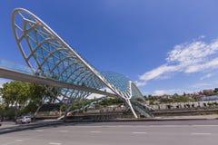 ТБИЛИСИ, GEORGIA - 7-ОЕ МАЯ: Мост мира в форме смычк p Стоковое фото RF