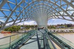 ТБИЛИСИ, GEORGIA - 7-ОЕ МАЯ: Мост мира в форме смычк p Стоковые Изображения