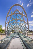 ТБИЛИСИ, GEORGIA - 7-ОЕ МАЯ: Мост мира в форме смычк p Стоковое Изображение