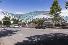 ТБИЛИСИ, GEORGIA - 7-ОЕ МАЯ: Мост мира в форме смычк p Стоковые Фото