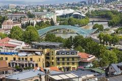 ТБИЛИСИ, GEORGIA - 7-ОЕ МАЯ: Мост мира в форме смычк p Стоковое Изображение RF