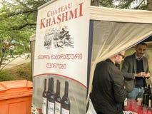 ТБИЛИСИ, GEORGIA - 12-ОЕ МАЯ 2018: Фестиваль грузинского вина и виноделие в Mtatsminda паркуют на фуникулярном в Тбилиси, Georgia стоковое фото