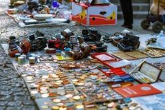 Тбилиси, Georgia - 8-ое октября 2016: Стойл советских значков и значков, винтажные ретро камеры фото продал в сухом мосте Стоковая Фотография