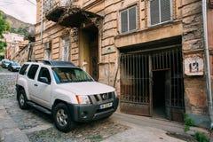 Тбилиси Georgia Припаркованный белый автомобиль Nissan Xterra SUV около старого Стоковое Изображение RF