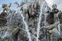 Твари, диаграммы и стороны - скульптуры founta Нептуна Стоковые Изображения
