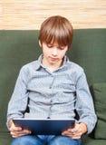 Твен с новым планшетом Стоковые Фото