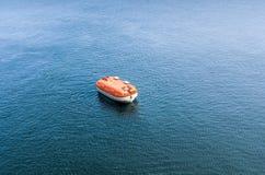 Твердая спасательная шлюпка во время спасения excesizes самостоятельно в море Стоковые Изображения RF