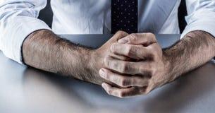 Твердолобые кулаки бизнесмена для воюя языка жестов в корпоративном бизнесе Стоковые Изображения RF