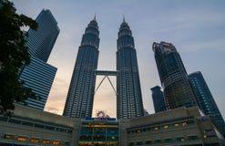 Твин-Тауэрс Petronas в Куалае-Лумпур, Малайзии Стоковое Изображение RF
