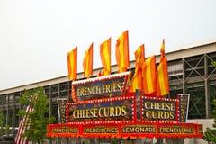 Твороги сыра и французская еда фраев стоят на окружной ярмарке стоковая фотография rf