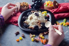Творог с грецкими орехами и черносливами на плите над взглядом Девушка ест Стоковое Фото
