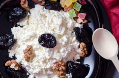 Творог с черносливами и грецкими орехами стоковое фото