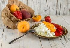 Творог для завтрака с плодоовощ и клубниками Стоковые Фото