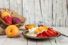 Творог для завтрака с плодоовощ и клубниками Стоковое Изображение RF