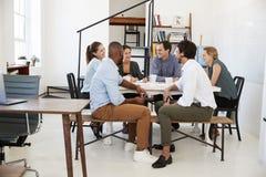 Творческая встреча команды вокруг таблицы в офисе стоковая фотография rf