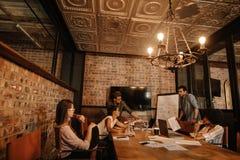 Творческая встреча команды дела в конференц-зале Стоковая Фотография