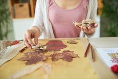 Творческая женщина делая флористическое оформление Стоковое фото RF