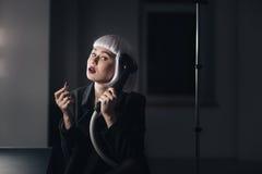 Творческая женщина при губная помада держа распаровщик сидя в уборной стоковые изображения rf