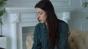 Творческая женщина работая на новом запуске дела акции видеоматериалы