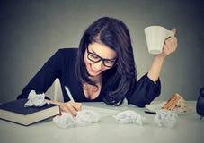 Творческая занятая женщина работая на ее столе Стоковая Фотография RF