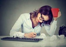 Творческая занятая женщина работая на ее столе Стоковые Изображения
