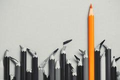 Творческая идея, концепция руководства, конкуренции в деле, руководителя среди людей с сломленным ядром, проигравших; карандаши,  Стоковые Фотографии RF
