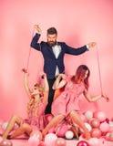 творческая идея Любовный треугольник праздники и куклы засилье и зависимость винтажные женщины марионетка и человек моды ретро стоковая фотография