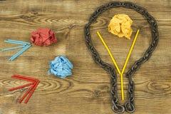 творческая идея Цепь в форме шарика Концепция идеи и нововведения с бумажным шариком Стоковое Изображение