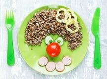 Творческая идея для детей обедающего или завтрака - гречихи с saus стоковое фото